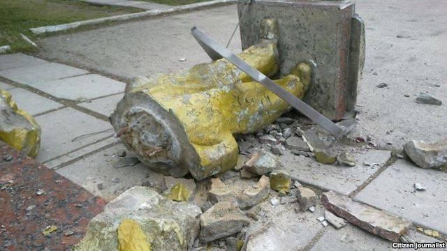 ウクライナの町ブロディで解体されたクトゥーゾフの記念碑