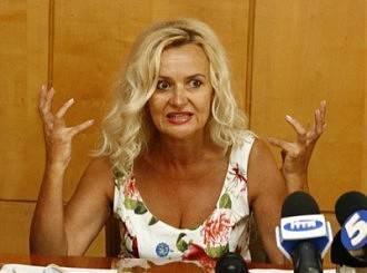 Fahrionは、ロシア語の質問に答えて、「Translate please!」と怒って答えた。