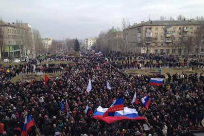"""A Donetsk, la RSA ha strappato la bandiera dell'Ucraina e issato la bandiera della Russia. La polizia si è spostata dalla parte del """"popolo"""""""