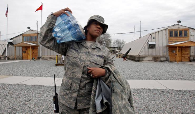 किरगिज बाजारों में अमेरिकी सैन्य वर्दी खरीद रहे हैं