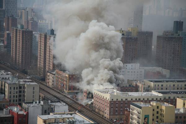À New York, deux bâtiments se sont effondrés à la suite de l'explosion, des personnes blessées par 11