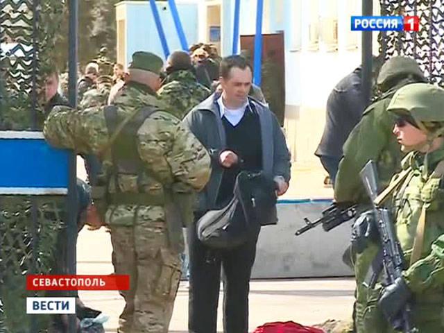 박수 갈채에 우크라이나 선원은 세 바스 토폴에있는 우크라이나 해군 본부를 떠났다.