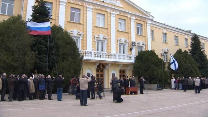 नखिमोव के नाम पर स्कूल के ऊपर पूरी तरह से रूस का झंडा लगा हुआ था
