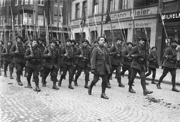 一つのためにパワールームの一番上に。 アドルフ・ヒトラーが、なぜ国の主人になって、何よりもまず自分の力を勝ち取った彼の同志を撃つことを命じたのはなぜですか。