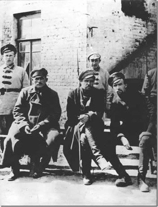 等待审判。 Pepelyaev(中)和他的下属被囚禁。