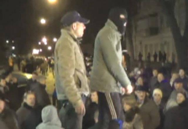 Öffentliche Aktivisten von Odessa, die durch Barrikaden von den Radikalen abgeschirmt wurden