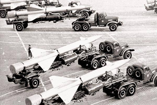"Sistema de misiles antiaéreos C-25: ""Golden Eagle"" en la guardia de la capital"
