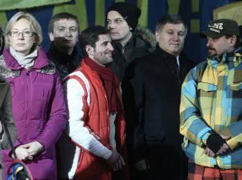 Candidat au poste de ministre de la Politique sociale de l'Ukraine Lyudmila Denisova (à gauche), candidate au poste de ministre de la Justice de l'Ukraine, secrétaire du Comité de la Verkhovna Rada sur l'état de droit et de la justice d'Ukraine Pavel Petrenko (deuxième à gauche), candidat au poste de président de la commission de lustration Egor Sobolev (troisième à gauche) deuxième plan) et le candidat au poste de ministre de l'Intérieur, par intérim. Le ministre de l'Intérieur de l'Ukraine, Arsen Avakov (deuxième à droite) lors d'un discours prononcé sur la place de l'Indépendance