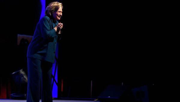 Die frühere US-Außenministerin warf Schuhe, als sie in Las Vegas einen Vortrag hielt