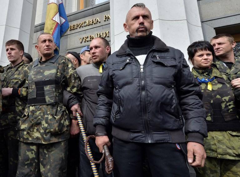 Kiev'deki protestocular Verkhovna Rada milletvekillerini binaya geri götürüyor