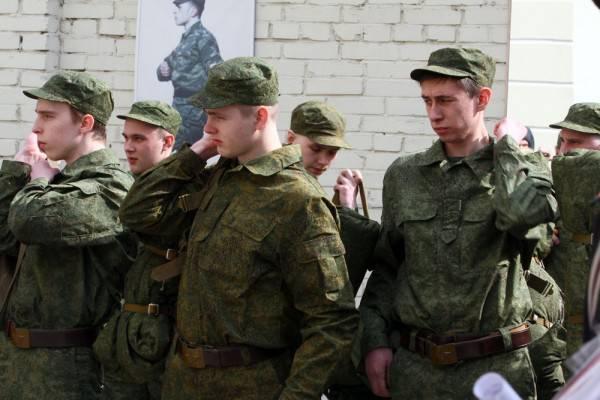 Les soldats passent la caserne