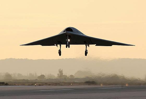 """임팩트 드론 """"뉴런 (Neuron)""""은 유인 항공기로 단일 대형으로 비행을 처음 수행했습니다."""