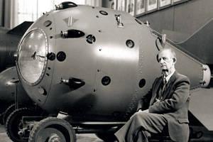 La prima bomba atomica russa RDS-1 e uno dei suoi creatori tre volte Eroe dell'accademico del lavoro socialista Yuli Borisovich Khariton