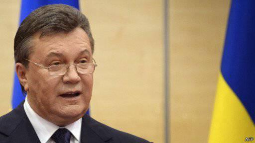 Rostov-on-Don. Yanukoviç konuşuyor ve gösteriyor
