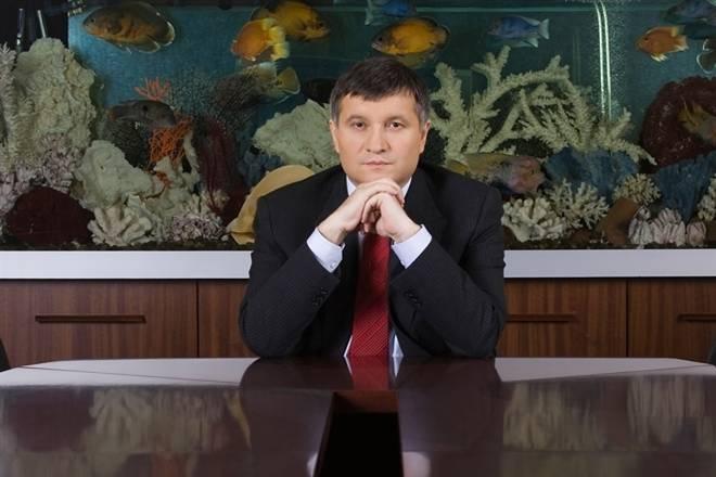 Avakov le pide a los ucranianos que le ayuden con la armadura y la ropa de cama.