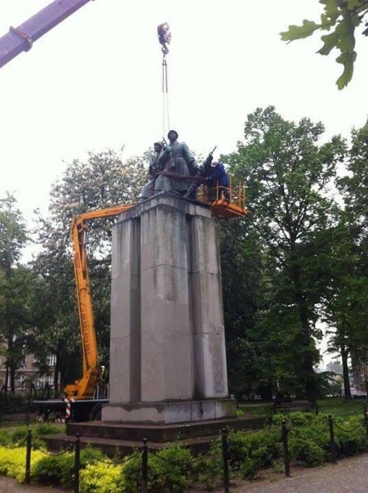 Desmantelamento do monumento aos soldados soviéticos em polonês Katowice