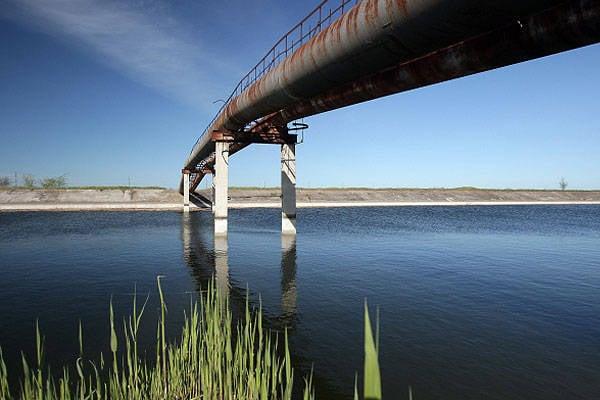在北克里米亚通道从两个水库流出水