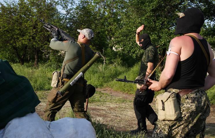 ウクライナの治安部隊はSlavyanskの下で自衛の地位を砲撃した