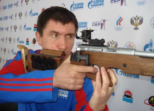 带有家用步枪的俄罗斯女运动员从卡拉什尼科夫