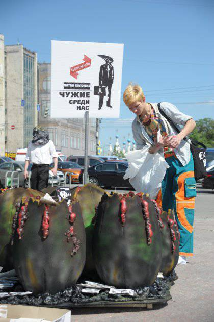 "In the center of Moscow a nest of ""aliens"" appeared: the installation with the eggs of the ""fifth column"" was exhibited in Novopushkinsky Square and at the editorial office of Echo of Moscow on the New"
