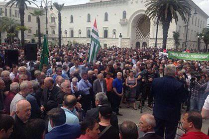 En Abjasia, la oposición asalta el edificio de la administración presidencial.