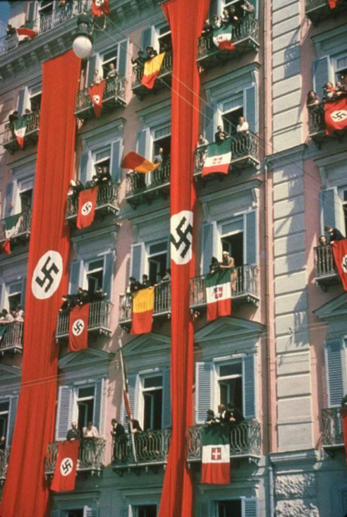 La «tendance à la mode» sur les drapeaux suspendus sur les balcons et les fenêtres d'ukrainiens indépendants a sans doute été empruntée à l'Allemagne nazie (du site photochronograph.ru)