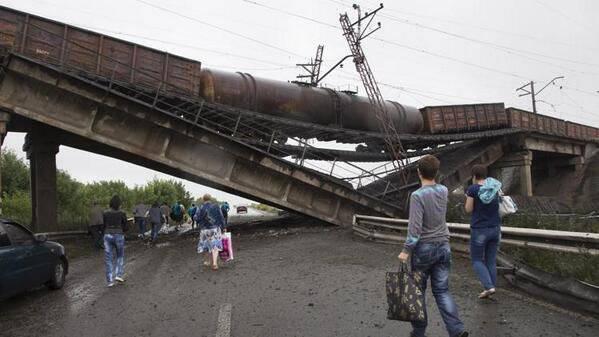 Неподалёку от Донецка обрушился железнодорожный мост