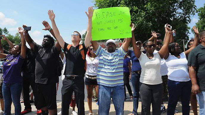 密苏里州警察局(美国)使用催泪瓦斯和橡皮子弹来抗议公民