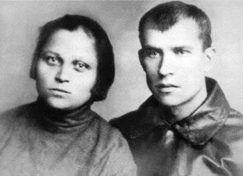 командир санитарного взвода Татьяна Малюгина и ее муж - политрук роты Анастас Ивахненко