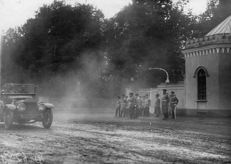 Смотр военных автомобилей, участников испытательного пробега. Петергоф. 12 июня 1912 г.