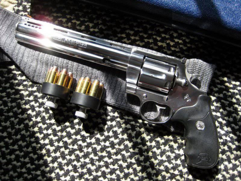 Magnum  44, Clint Eastwood e altre grandi riviste militari
