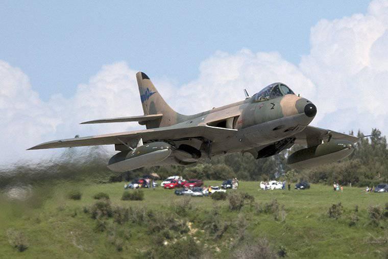 Il cacciabombardiere Hawker Hunter si è schiantato vicino alla base della Marina degli Stati Uniti