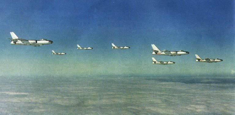 "Bombardiere da combattimento cinese JH-7 ""Flying Leopard"""