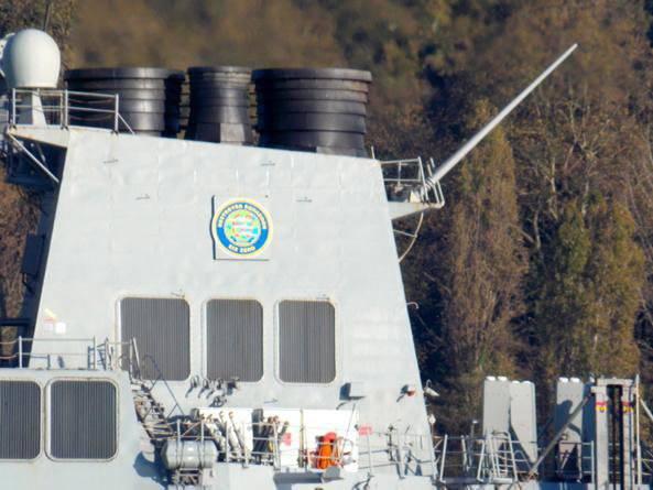 No caminho para o Mar Negro, o destróier americano Ross se encontrou com o russo BDK
