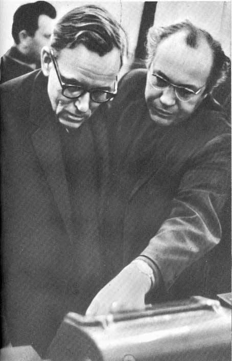 Г. Н. Бабакин и лауреат Ленинской премии доктор технических наук Ю. К. Ходарев в Центре дальней космической связи