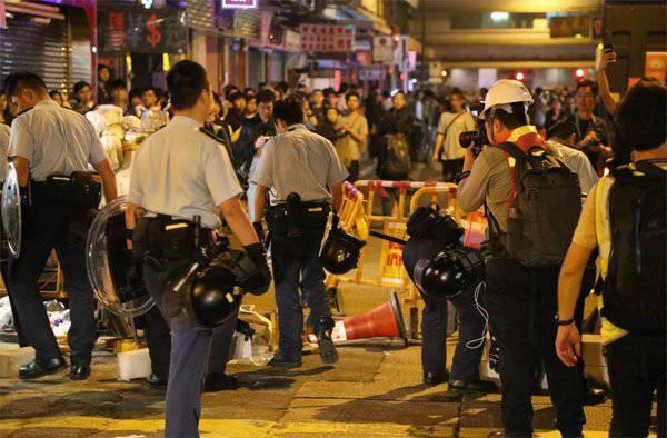 香港(Sianggan)警察は抗議「小学生と学生」を解散させた