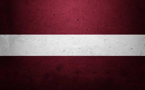 リガでは、ラトビアの旗に踏みつけ