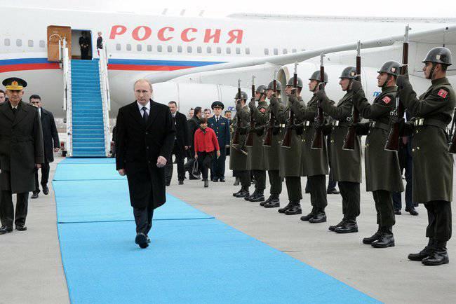 ウラジミール・プーチンがトルコへの州訪問に到着