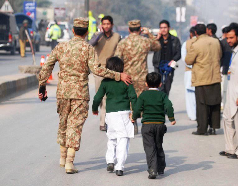 パキスタンでは、タリバンが軍用学校を逮捕した