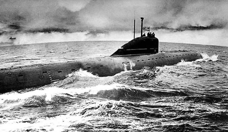 Membri dell'equipaggio del sottomarino nucleare Lenin Komsomol premiato postumo a San Pietroburgo