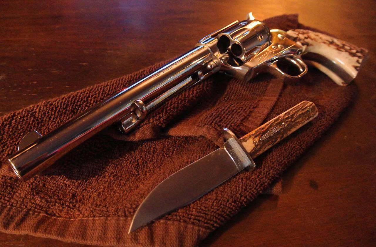 эволюционировало, красивые картинки с револьверами выполняет