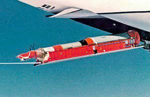 ミサイルは特別なプラットフォームに配置され、貨物ハッチから着陸していました。 今年の1974写真