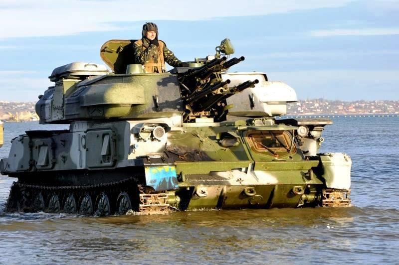 यूक्रेन में, टैंक और विमान का उपयोग करके नौसेना अभ्यास किया गया था