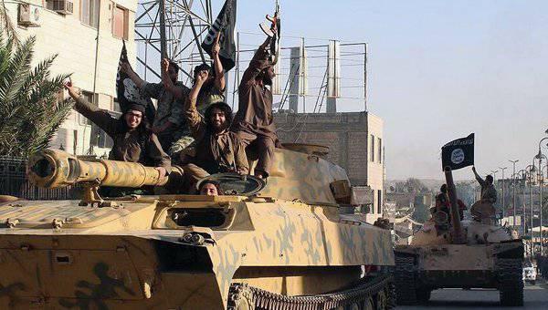 """अमेरिकी वायु सेना नियमित रूप से """"इस्लामिक स्टेट"""" को हथियार सप्लाई करती है"""