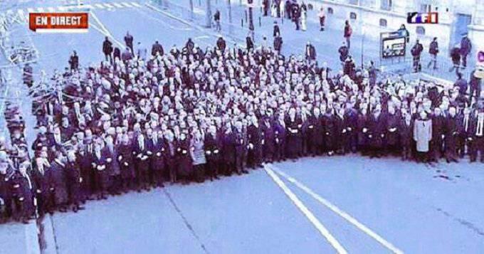 Снимок совместного шествия политиков и простых граждан в Париже оказался постановочным