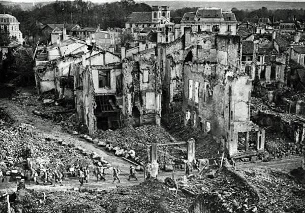 Французские войска среди руин вердена