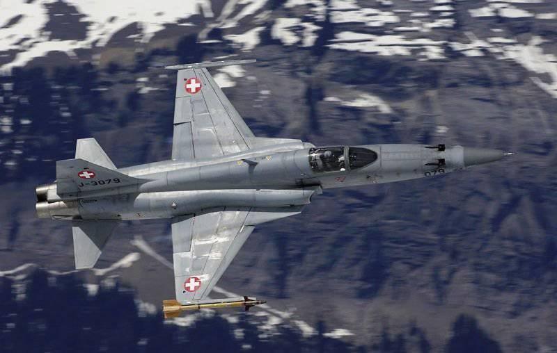 स्विस वायु सेना F-5E लड़ाकू उड़ानों को निलंबित करती है