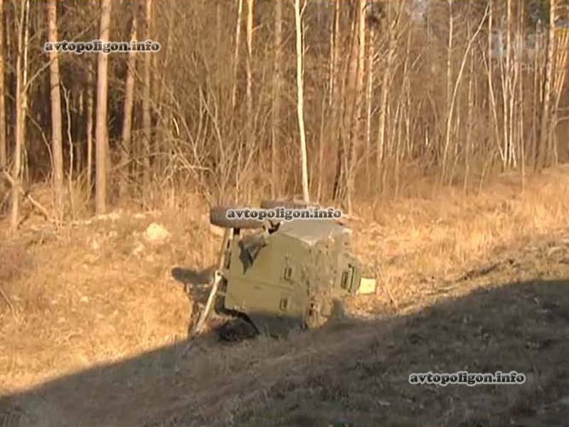 """यूक्रेनी बख्तरबंद कर्मियों ने खारकोव के रास्ते में """"सैक्सन"""" वाहक को एक दुर्घटना हुई थी। एक व्यक्ति की मौत हो गई"""