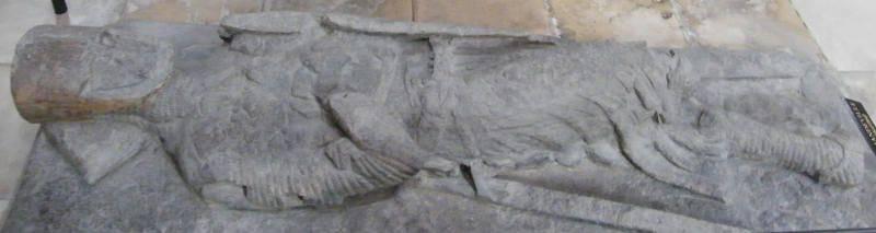 La efigie y los aros de pecho dicen ... (Lápida en el estudio de las armas de los caballeros occidentales de la era 1170-1659).