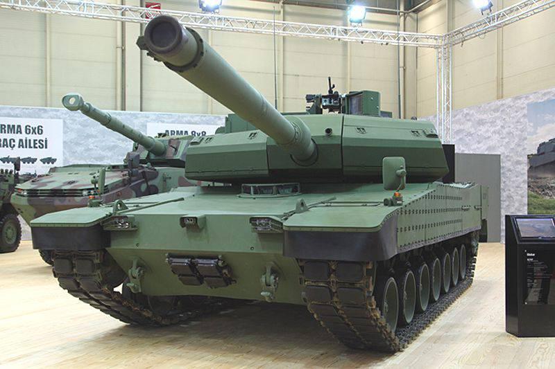 IDEX 2015에서 현대 로템은 새로운 주요 전투 탱크 인 K2 Black Panther의 모델을 보여주었습니다.